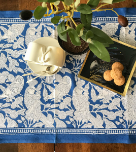 Tête-à-tête Table Runner Blue Parrot